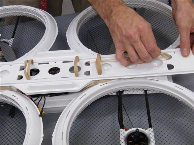 No screws or bolts, but many rubber bands are used in the assembly